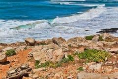 Απότομοι βράχοι και βράχοι στην ακτή του Ατλαντικού Ωκεανού σε Sintra σε ένα beau Στοκ Εικόνες