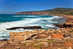 Απότομοι βράχοι και βράχοι στην ακτή του Ατλαντικού Ωκεανού σε Sintra Portuga Στοκ Εικόνες