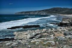 Απότομοι βράχοι και βράχοι στην ακτή του Ατλαντικού Ωκεανού σε Sintra Portuga Στοκ φωτογραφία με δικαίωμα ελεύθερης χρήσης