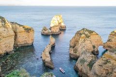 Απότομοι βράχοι και σχηματισμοί βράχου σε Ponta DA Piedade (Λάγκος, Πορτογαλία) Στοκ Φωτογραφία