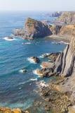 Απότομοι βράχοι και ωκεανός σε Arrifana Στοκ εικόνες με δικαίωμα ελεύθερης χρήσης