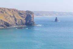 Απότομοι βράχοι και ωκεανός σε Arrifana Στοκ Φωτογραφίες