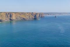Απότομοι βράχοι και ωκεανός σε Arrifana Στοκ Εικόνες