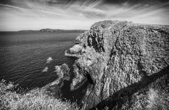 Απότομοι απότομοι βράχοι κατά μήκος της πορείας ακτών Pembrokeshire στοκ φωτογραφίες με δικαίωμα ελεύθερης χρήσης