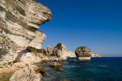 Απότομοι βράχοι κοντά στην πόλη Bonifacio Στοκ Εικόνες