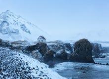 Απότομοι βράχοι κοντά στο χωριό Arnarstapi στο σούρουπο το χειμώνα Στοκ φωτογραφίες με δικαίωμα ελεύθερης χρήσης