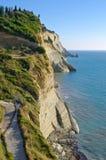 Απότομοι βράχοι κοντά στο χωριό Perloulades στο νησί της Κέρκυρας, Geece Στοκ Εικόνες