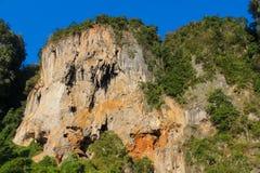 Απότομοι βράχοι νησιών ασβεστόλιθων σε Krabi AO Nang και Phi Phi, Ταϊλάνδη Στοκ φωτογραφία με δικαίωμα ελεύθερης χρήσης