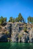 Απότομοι βράχοι πέρα από τη Flathead λίμνη Στοκ Φωτογραφία