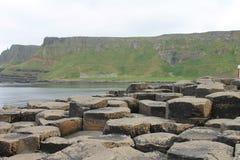 Απότομοι βράχοι πίσω από τις στήλες σε Giant& x27 υπερυψωμένο μονοπάτι του s Στοκ Φωτογραφίες