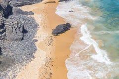 Απότομοι βράχοι, παραλία και κύματα σε Arrifana Στοκ φωτογραφία με δικαίωμα ελεύθερης χρήσης