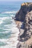 Απότομοι βράχοι, παραλία και κύματα σε Arrifana Στοκ Εικόνα
