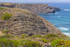Απότομοι βράχοι, παραλία και κύματα σε Arrifana Στοκ εικόνα με δικαίωμα ελεύθερης χρήσης