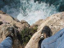 απότομοι βράχοι που κοιτάζουν κάτω Στοκ εικόνα με δικαίωμα ελεύθερης χρήσης