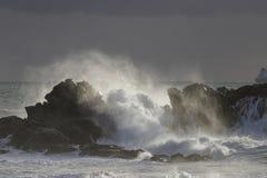 Απότομοι βράχοι που κτυπιούνται από τα κύματα θάλασσας Στοκ Φωτογραφία