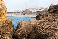 Απότομοι βράχοι που φτάνουν στον Ατλαντικό Ωκεανό στην Πορτογαλία Στοκ Εικόνα