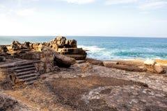 Απότομοι βράχοι που φτάνουν στον Ατλαντικό Ωκεανό στην Πορτογαλία Στοκ Εικόνες