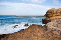 Απότομοι βράχοι που φτάνουν στον Ατλαντικό Ωκεανό στην Πορτογαλία Στοκ εικόνα με δικαίωμα ελεύθερης χρήσης