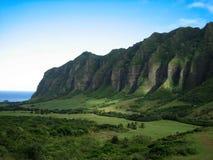 απότομοι βράχοι πράσινη Χαβάη Στοκ Φωτογραφία