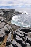 Απότομοι βράχοι σε Inishmore, νησιά Aran, Ιρλανδία Στοκ Φωτογραφίες