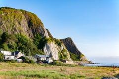 Απότομοι βράχοι στην ανατολική ακτή της Βόρειας Ιρλανδίας, UK Στοκ εικόνα με δικαίωμα ελεύθερης χρήσης