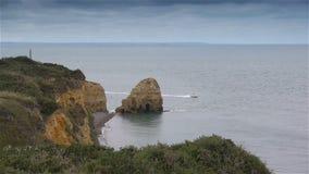 Απότομοι απότομοι βράχοι στην παραλία της Γιούτα Διάσημη παραλία μέρας-μ, Νορμανδία Γαλλία φιλμ μικρού μήκους