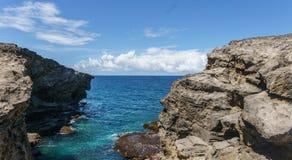 Απότομοι βράχοι στις Καραϊβικές Θάλασσες Στοκ Φωτογραφίες