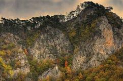 Απότομοι βράχοι στον ποταμό Tara φαραγγιών κοντά στο 5$α  urÄ ` eviÄ ‡ μια γέφυρα της Tara, Μαυροβούνιο - πανόραμα Στοκ εικόνα με δικαίωμα ελεύθερης χρήσης
