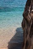 Απότομοι βράχοι στο νησί της Σαρδηνίας κοντά στην τυρκουάζ θάλασσα, Ιταλία Στοκ Εικόνα