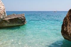 Απότομοι βράχοι στο νησί της Σαρδηνίας κοντά στην τυρκουάζ θάλασσα, Ιταλία Στοκ Φωτογραφίες