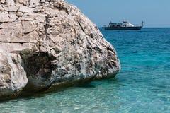 Απότομοι βράχοι στο νησί της Σαρδηνίας κοντά στην τυρκουάζ θάλασσα, Ιταλία Στοκ Φωτογραφία