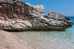 Απότομοι βράχοι στο νησί της Σαρδηνίας κοντά στην τυρκουάζ θάλασσα, Ιταλία Στοκ εικόνα με δικαίωμα ελεύθερης χρήσης