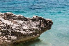 Απότομοι βράχοι στο νησί της Σαρδηνίας κοντά στην τυρκουάζ θάλασσα, Ιταλία Στοκ φωτογραφία με δικαίωμα ελεύθερης χρήσης