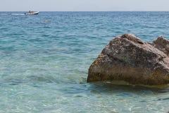 Απότομοι βράχοι στο νησί της Σαρδηνίας κοντά στην τυρκουάζ θάλασσα, Ιταλία Στοκ φωτογραφίες με δικαίωμα ελεύθερης χρήσης