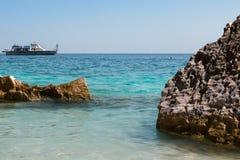 Απότομοι βράχοι στο νησί της Σαρδηνίας κοντά στην τυρκουάζ θάλασσα, Ιταλία Στοκ εικόνες με δικαίωμα ελεύθερης χρήσης