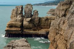 Απότομοι βράχοι στο ωκεάνιο, μπλε νερό και το νεφελώδη ουρανό, σχηματισμός ασβεστόλιθων, όμορφο τοπίο της Νέας Ζηλανδίας στοκ φωτογραφία με δικαίωμα ελεύθερης χρήσης