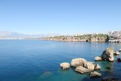 Απότομοι βράχοι της παραλίας Antalya και Konyaalti στη θάλασσα Mediterranian στην Τουρκία Στοκ Εικόνα