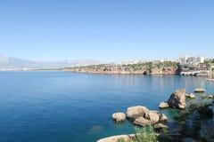 Απότομοι βράχοι της παραλίας Antalya και Konyaalti στη θάλασσα Mediterranian στην Τουρκία Στοκ εικόνες με δικαίωμα ελεύθερης χρήσης