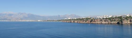 Απότομοι βράχοι της παραλίας Antalya και Konyaalti στη θάλασσα Mediterranian στην Τουρκία Στοκ εικόνα με δικαίωμα ελεύθερης χρήσης