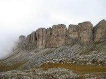 Απότομοι βράχοι του πάρκου φύσης Odle Puez που καλύπτεται με τα σύννεφα Στοκ εικόνα με δικαίωμα ελεύθερης χρήσης