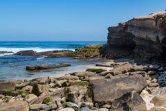 Απότομοι βράχοι ψαμμίτη και διεσπαρμένοι βράχοι στη Λα Χόγια, Καλιφόρνια Στοκ Εικόνες