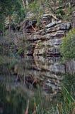 Απότομοι βράχοι ψαμμίτη κατά μήκος του ποταμού χάραξης λιμένων, Σίδνεϊ στοκ φωτογραφία