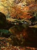 Απότομοι βράχοι ψαμμίτη Gelt ποταμών, φθινόπωρο Στοκ φωτογραφία με δικαίωμα ελεύθερης χρήσης