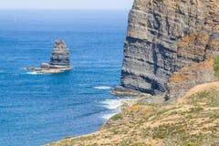 Απότομοι βράχοι, ωκεανός, βουνά και βλάστηση σε Arrifana Στοκ εικόνα με δικαίωμα ελεύθερης χρήσης