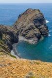 Απότομοι βράχοι, ωκεανός και κύματα σε Arrifana Στοκ Εικόνες