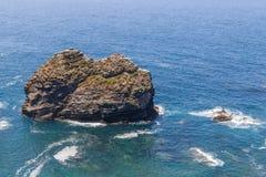Απότομοι βράχοι, ωκεανός και κύματα σε Arrifana Στοκ φωτογραφία με δικαίωμα ελεύθερης χρήσης