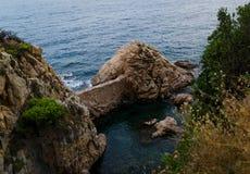Απότομοι βράχοι Cala de Sant Francesc, η ακτή του κόλπου Blanes, Κόστα Μπράβα, Ισπανία Γραφική άποψη άνωθεν στοκ εικόνα