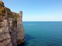 Απότομοι βράχοι Etretat, που πηγαίνουν στην ήρεμη μπλε θάλασσα, Γαλλία Στοκ Εικόνες