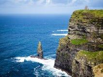 Απότομοι βράχοι Moher κατά μήκος της ιρλανδικής ακτής στοκ εικόνες με δικαίωμα ελεύθερης χρήσης
