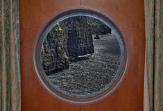 Απότομοι βράχοι Moher που βλέπουν μέσω της παραφωτίδας Στοκ Εικόνες
